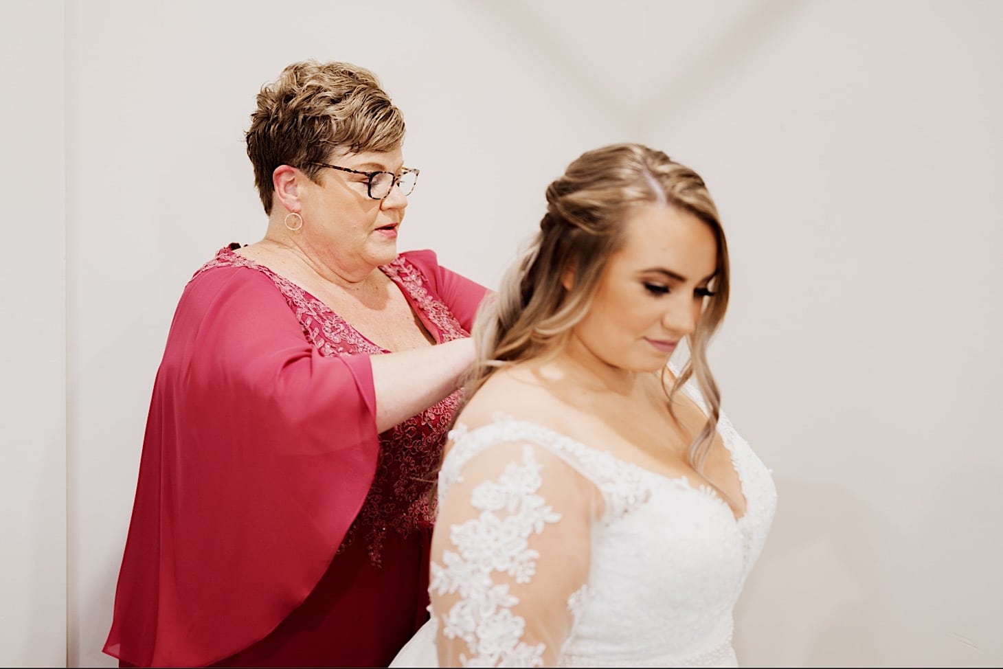 bride getting dress on des moines iowa photography